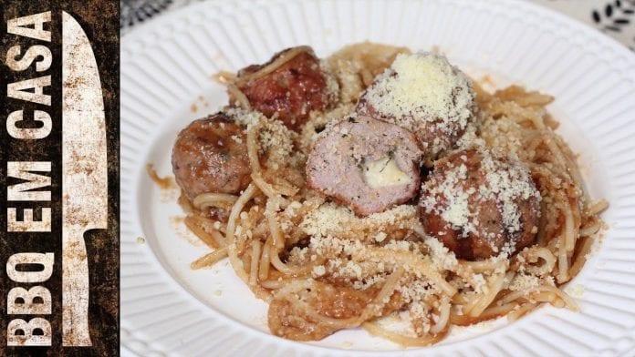 Receita de Barbecue Spaghetti com Almôndegas - BBQ em Casa