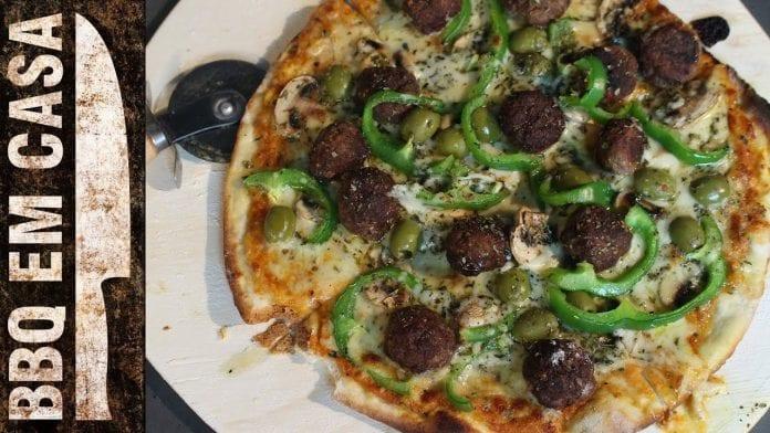 Receita de Pizza Assada na Churrasqueira - BBQ em Casa