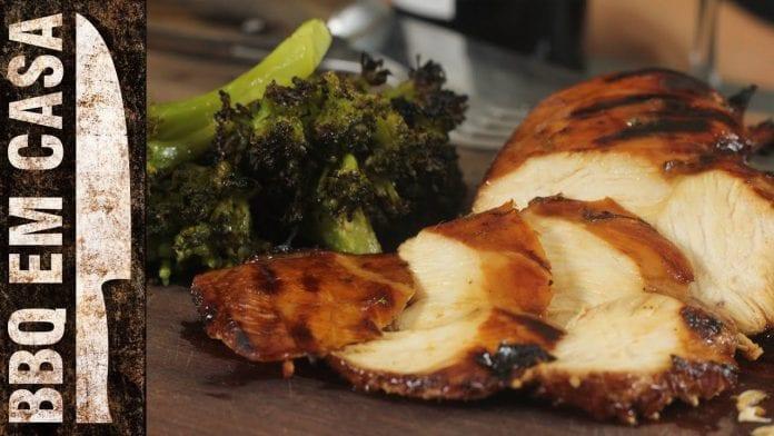 Receita de Filé de Frango Grelhado com Brócolis - BBQ em Casa