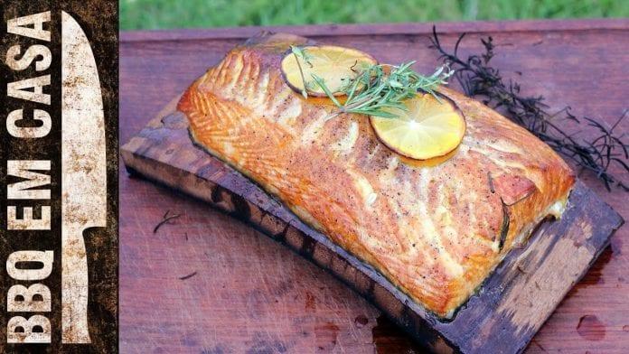 Receita de Salmão no Cedro (Cedar Planked Salmon) - BBQ em Casa