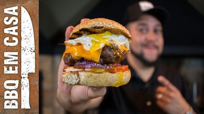 Receita de Burger com Ovo e Abacate - BBQ em Casa