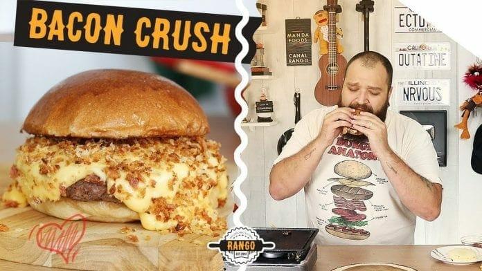 Hambúrguer com Queijo Fundido e Farofa de Bacon - Bacon Crush - Canal Rango